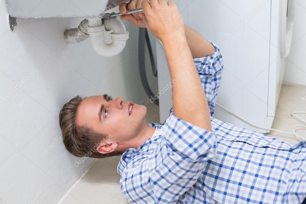 Badkamer Wastafel Afvoer : Loodgieter herstellen wastafel afvoer in badkamer u stockfoto