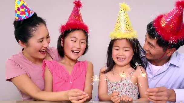 šťastná rodina slaví narozeniny