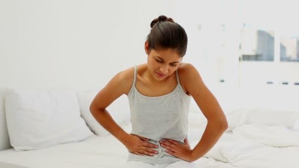 atraktivní žena trpí bolest břicha