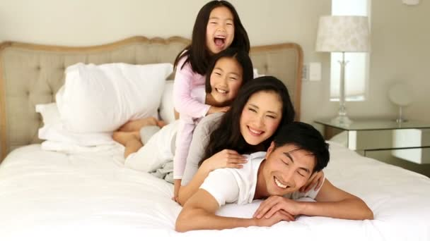 Hloupá rodina hraje na postel