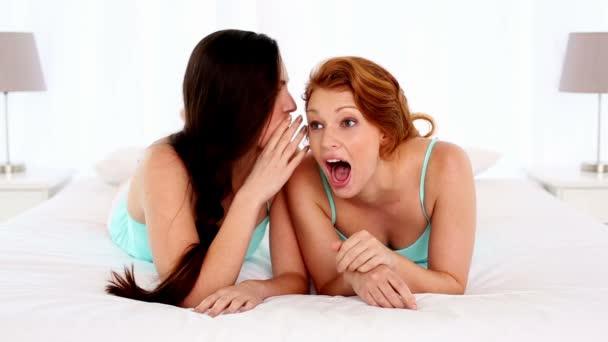 sötét hajú nő beszélt a barátja ágyon