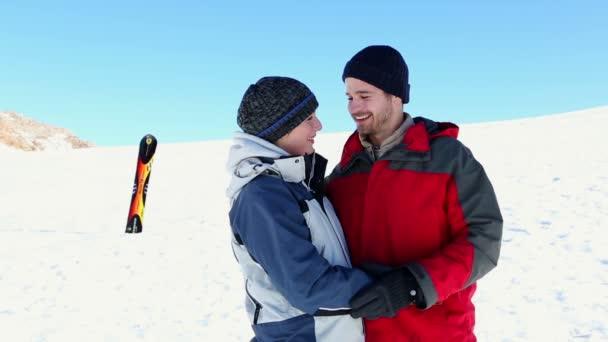 šťastný pár, který stál venku na sněhu