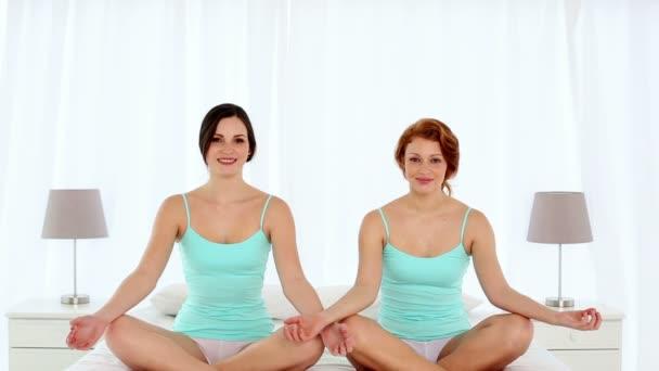 škodolibý atraktivní ženy meditaci sedět v lotosové pozici