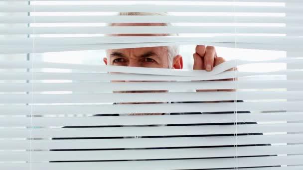podnikatel špionáž prostřednictvím rolety a přistižení fotoaparát