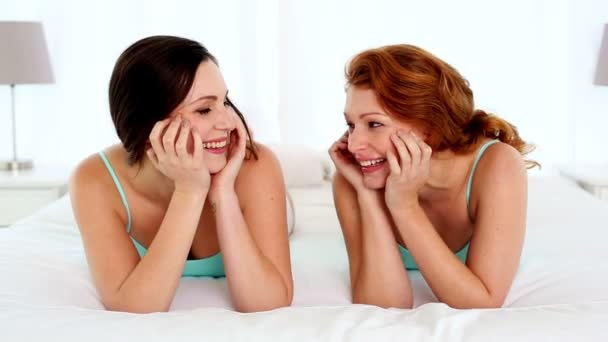 szórakoztatta a nevető nők ágyon