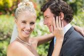 Fényképek szép felesége megható az új férje arcát, mosolyogva kamera