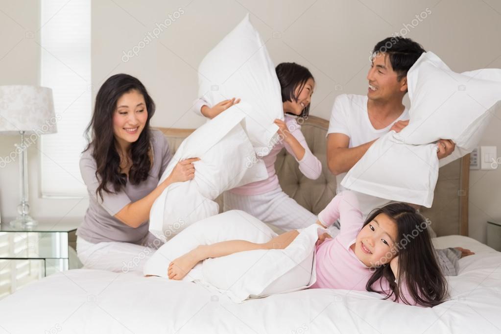 Kussen Voor Kinderen : Familie van vier met kussen vechten op bed u stockfoto
