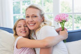 Fotografie dívka s růží objímat matku