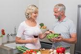 Fotografie starší pár, příprava jídla v kuchyni