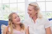 matka a dcera, směje se na pohovce