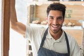 Fotografie lächelnd zuversichtlich männliche Barista Coffee shop