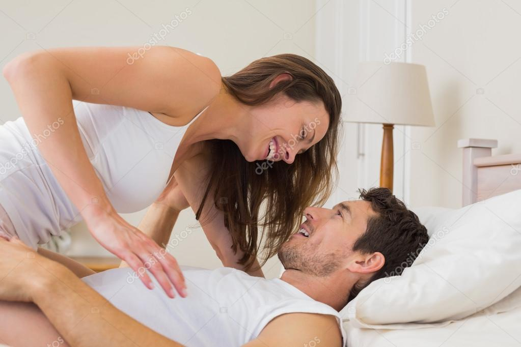 donna seduta su un uomo a letto foto stock lightwavemedia 42600419. Black Bedroom Furniture Sets. Home Design Ideas