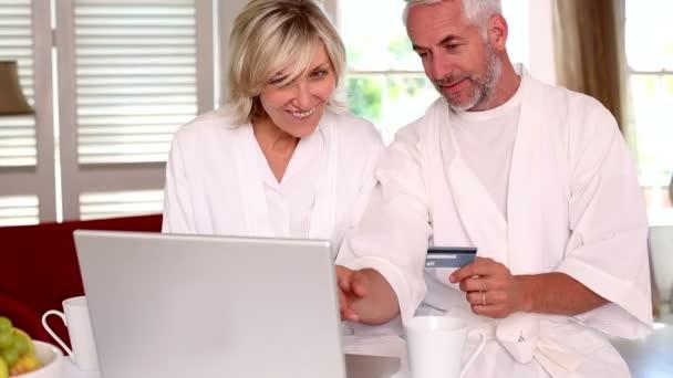 boldog pár vásárlás online fürdőköpeny