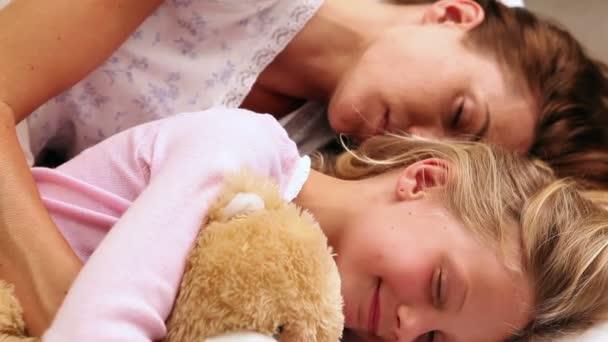 anya és lánya együtt alszik az ágyban