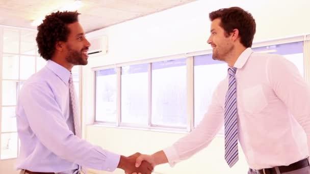 podnikatelé potřesení rukou a usmívá se