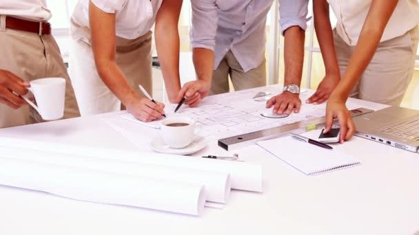 tým architektů nad plány