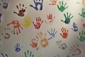 barevné ruce na zdi