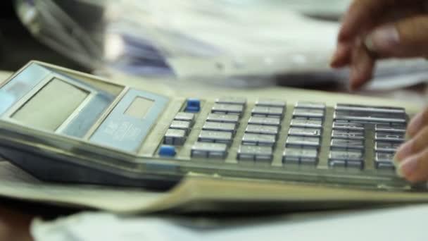 žena výpočet na kalkulačce