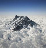vrchol hory nad mraky