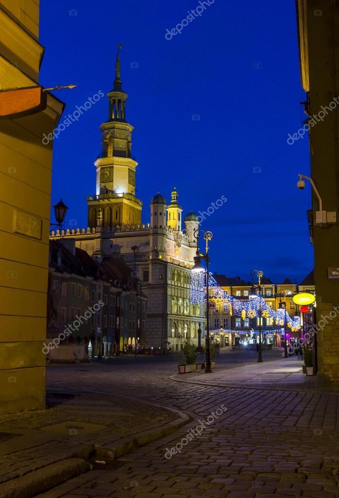 Фотообои Night photo of an old town square and city hall in Poznan, Polan