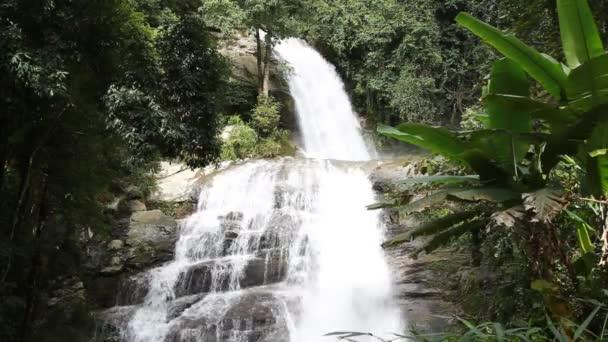 Wasserfall im tiefen Wald von thailand