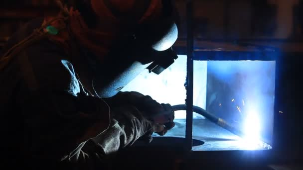 dělník s ochrannou maskou, svařování kovů a jiskry