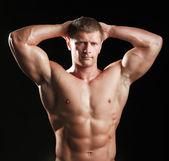 zdravé svalnatý mladý muž
