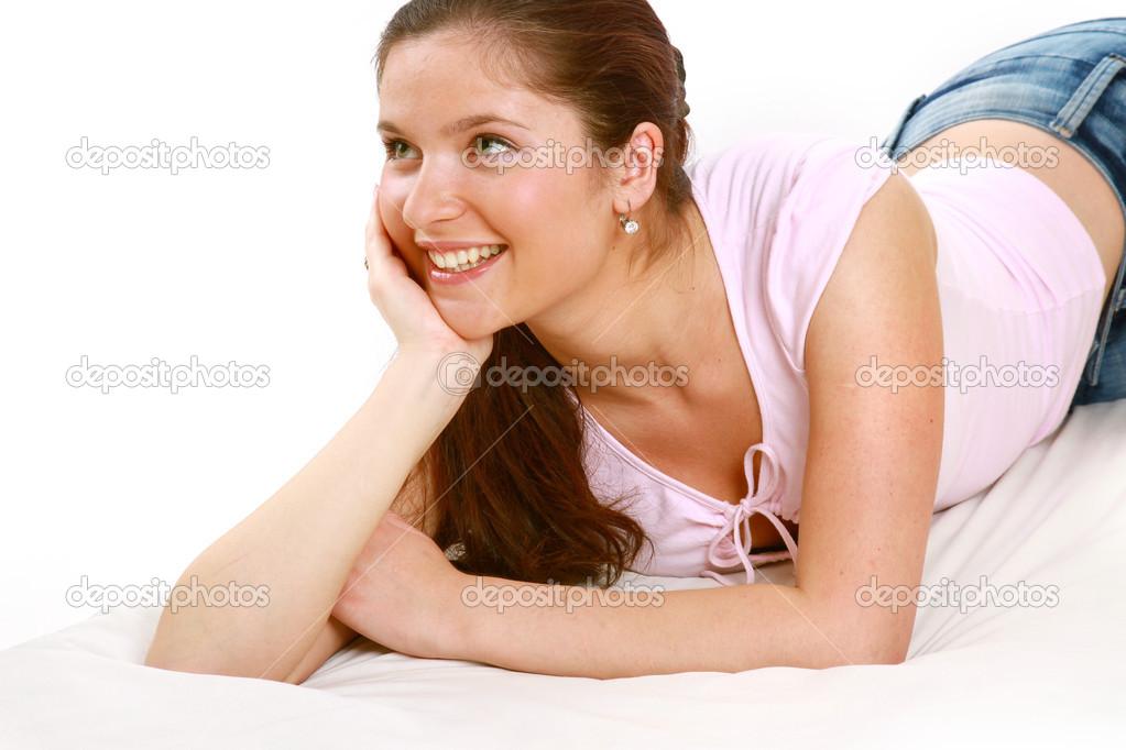 be2f84374 Uma mulher sorridente está mentindo e olhando para cima — Fotografia de  Stock