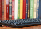 die Tastatur auf dem Schreibtisch.