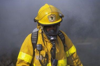 itfaiyeci önünde duman