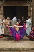 eine Frau tanzt vor Männern