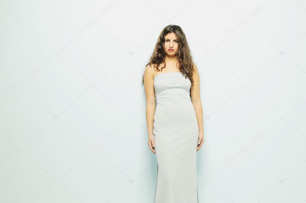 Frau trägt weißes trägerloses Kleid — Stockfoto © DesignPicsInc ...