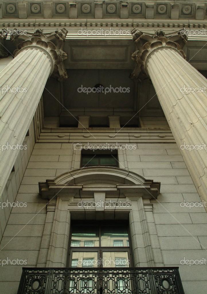 Säulen, die Gestaltung der Fenster des Gebäudes — Stockfoto ...