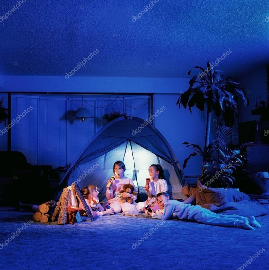 Kinder Spielen Unter Einem Zelt Im Wohnzimmer Stockfoto