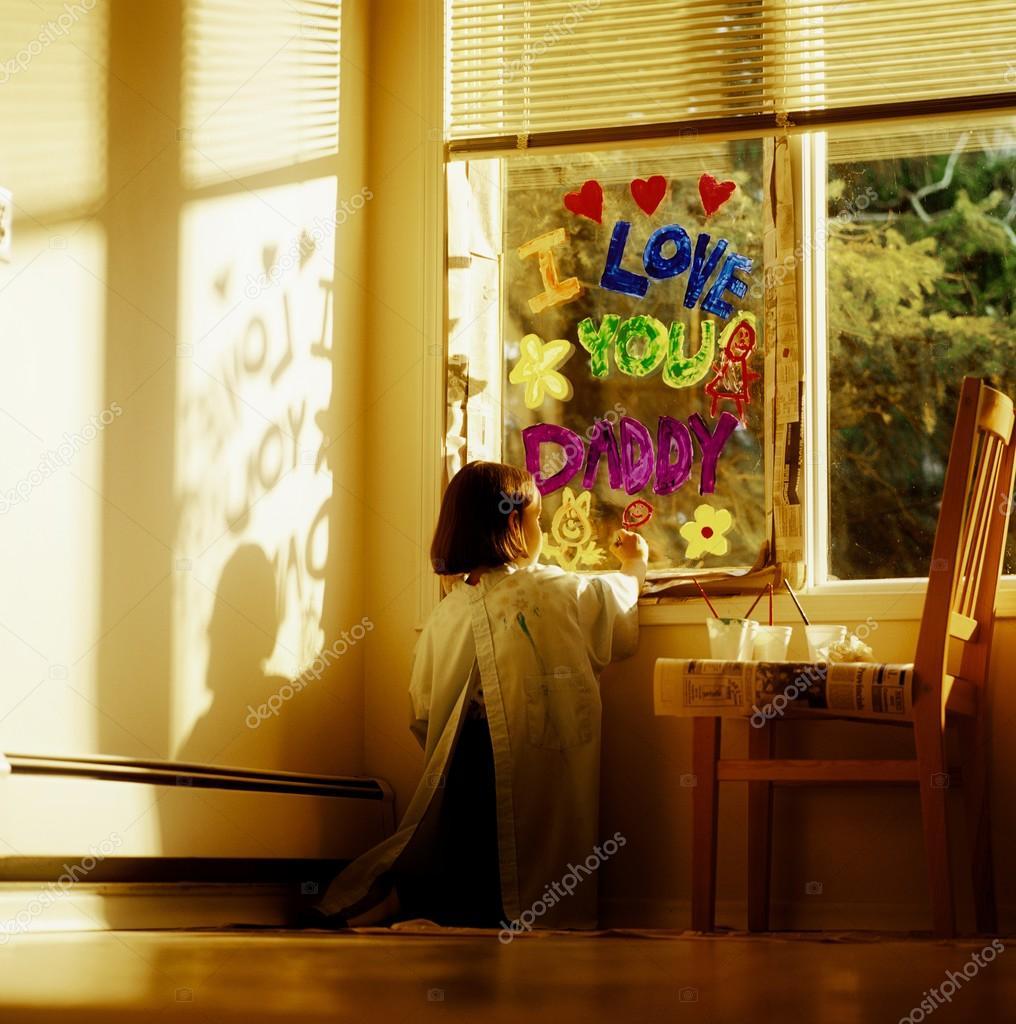 mädchen malen fenster mit ich liebe dich daddy — stockfoto