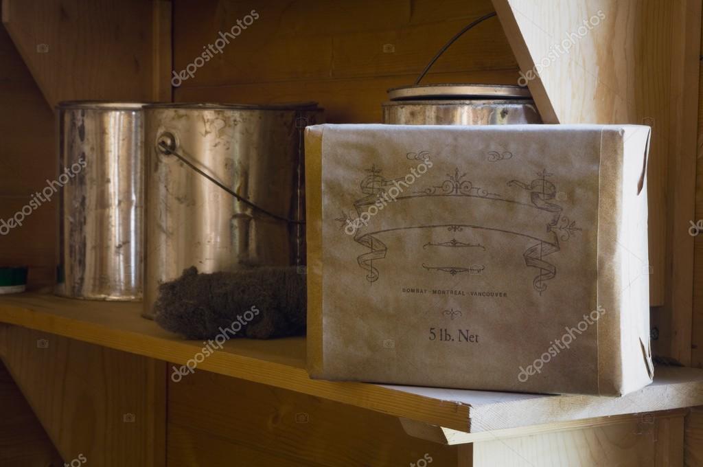 Fort Edmonton, Alberta, Kanada, alte Dosen und Kiste Schellack malen ...