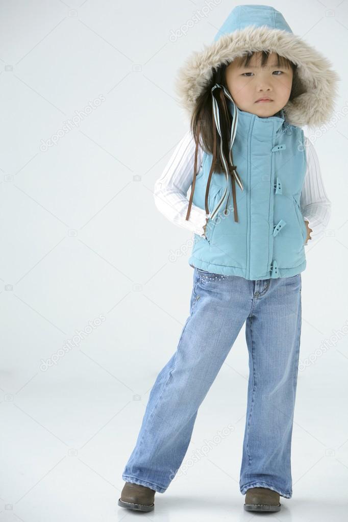 0fe196b92865 giovane ragazza in abbigliamento invernale — Foto Stock ...