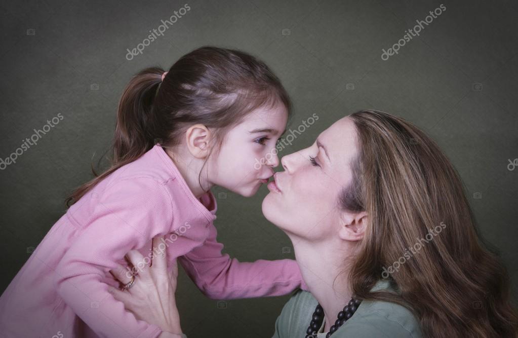 целуется дочка матерью случайна ролик с видео