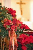 vánoční věnec s vánoční hvězdy na dřevěné zábradlí