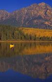 Fotografie Kanu am Patricia Lake Pyramid mountain