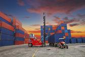 kontejnery v přístavu