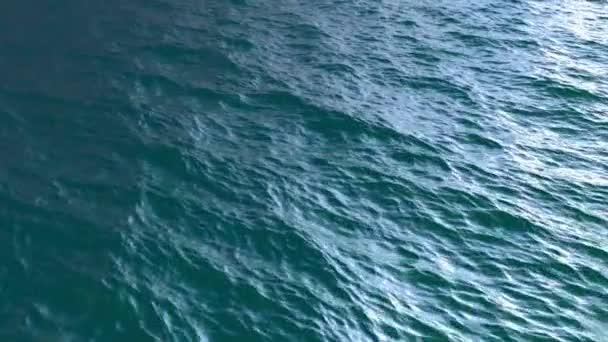 Přelet nad realistické oceánu vodní hladiny