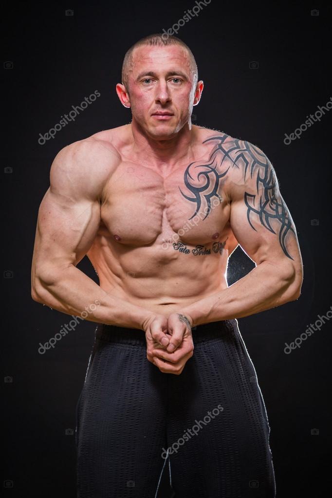 有纹身的肌肉男 — 图库照片©aallm#44345875