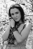 dívka u Kvetoucí strom
