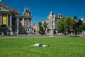 osoba na trávě v parku amsterdam