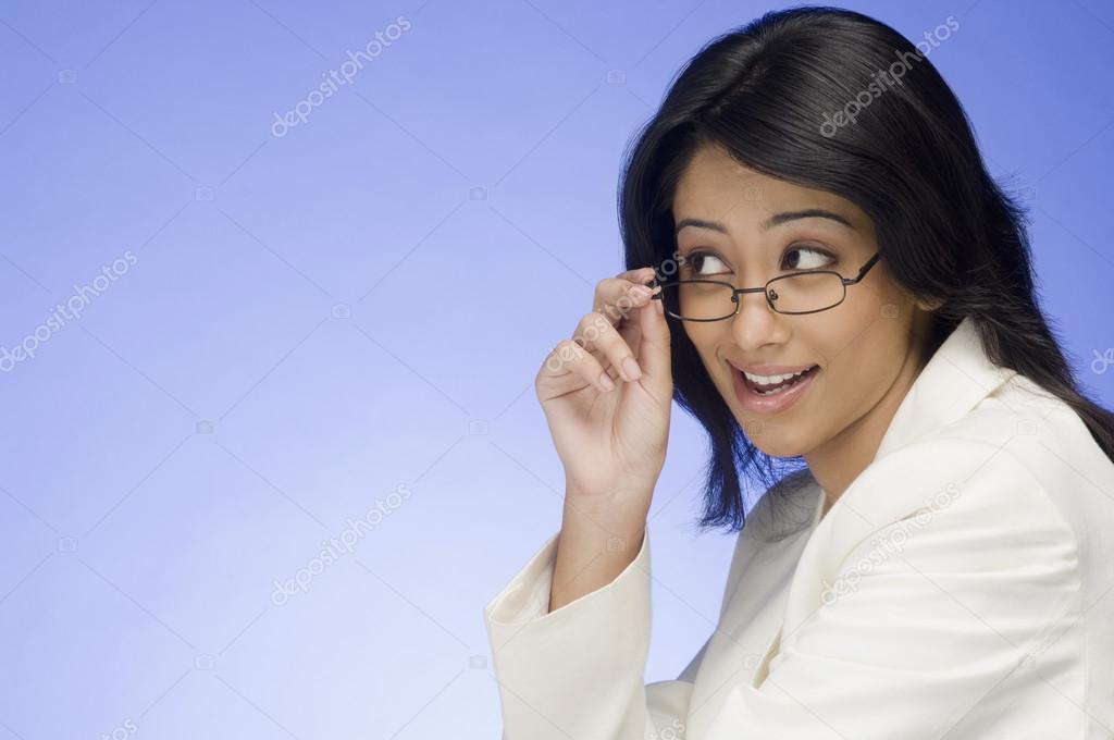 1e0ea2c5d0 Empresaria sosteniendo sus anteojos — Foto de stock © imagedb_seller ...