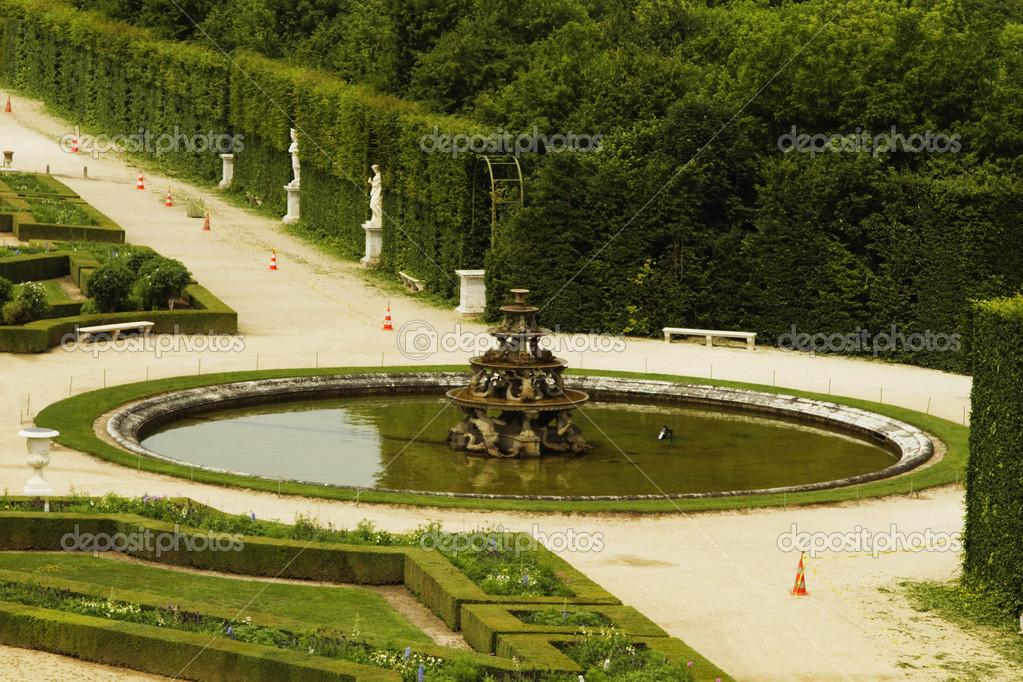 Fontaine dans un jardin la fran aise ch teau de for Jardin a la francaise versailles