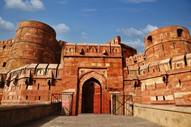 Tourists at entrance to Agra Fort