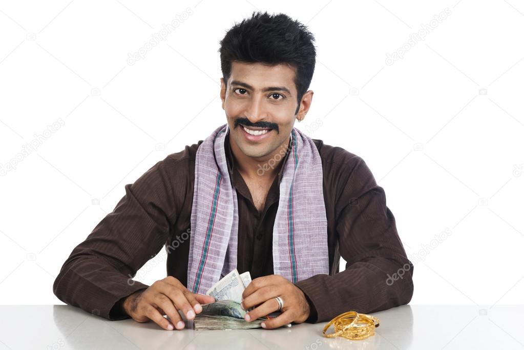 Retrato de un hombre contando dinero y sonriendo — Foto de stock ...