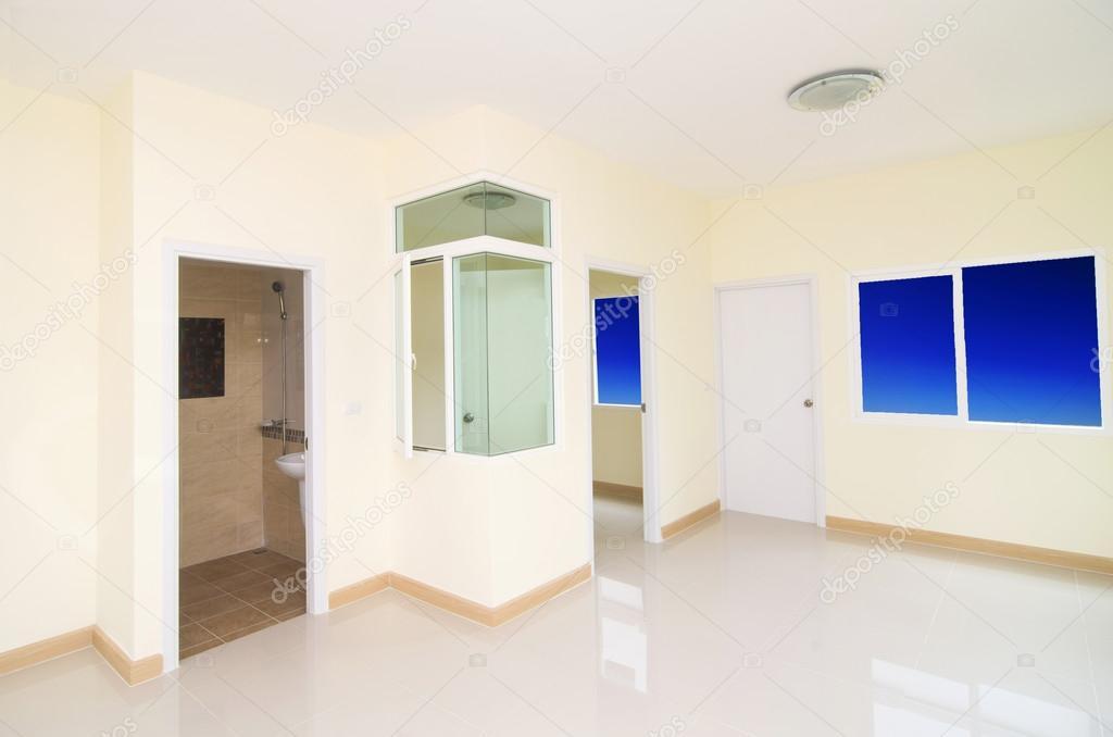 Woonkamer En Slaapkamer : Woonkamer slaapkamer en toilet in nieuwbouw huis met w u2014 stockfoto